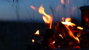 Le feu avec le pot là-dessus au camping clips vidéos