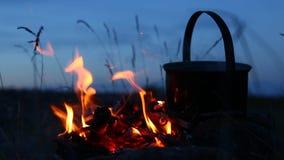 Le feu avec le pot là-dessus au camping banque de vidéos