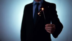 Le feu bengali de Noël, cierge magique dans les mains d'un homme d'affaires L'homme dans un procès clips vidéos