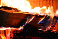 Le feu, bois et ouvre une session le feu, flammes pourpres oranges en four images stock