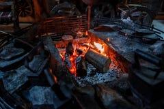 Le feu brûlant dans le feu-foyer Photo libre de droits