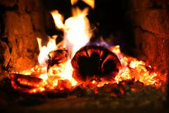 Le feu brûlant dans un fourneau image stock