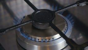Le feu brûlant sur la cuisinière à gaz banque de vidéos