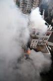 Le feu brûlant dans le bâtiment Image libre de droits
