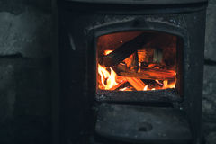 Le feu brûlant dans le fourneau noir de fer closeup photos libres de droits