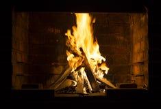 Le feu brûlant dans un barbecue photos stock