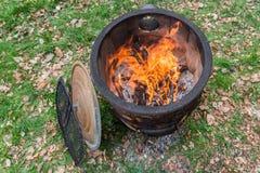 Le feu brûlant dans un pot du feu Images stock
