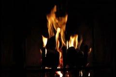 Le feu brûlant en cheminée banque de vidéos