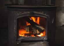 Le feu brûlant en petit four noir Fin vers le haut images libres de droits