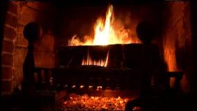 Le feu chaud et calmant de cheminée banque de vidéos
