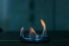 Le feu d'éthanol dans le plat en verre de laboratoire photos stock