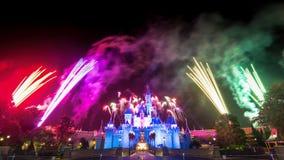 Le feu d'artifice célèbre d'étoiles de Hong Kong Disneyland Images stock