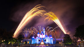Le feu d'artifice célèbre d'étoiles de Hong Kong Disneyland Photo libre de droits