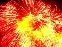 Le feu d'artifice, le rouge et le jaune de vacances éclabousse Images stock
