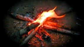 Le feu dans en bois pendant l'hiver images stock