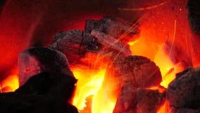 Le feu dans le fourneau est chaud banque de vidéos