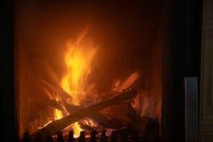 Le feu dans le fourneau, fin, combustion de bois de chauffage photo libre de droits