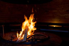 Le feu dans la hutte de barbecue Image libre de droits
