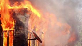 le feu dans la maison en bois banque de vidéos