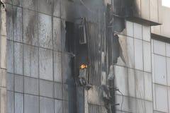 Le feu dans le bâtiment ayant beaucoup d'étages Photo libre de droits
