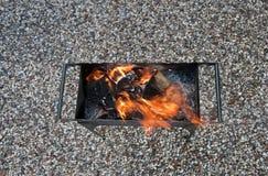Le feu dans le brasero Photos libres de droits