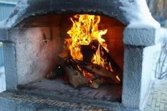 Le feu dans le four photographie stock