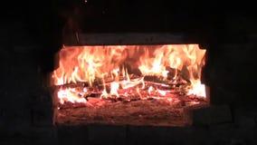 Le feu dans le fourneau banque de vidéos