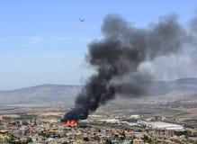 Le feu dans le village palestinien de Mashhad près de Nazareth images stock
