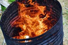 Le feu dans un baril photos stock