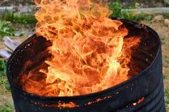 Le feu dans un baril photographie stock