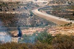 Le feu dans un domaine palestinien par le mur de la séparation Images libres de droits