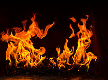 Le feu dans un four, deux flammes sur le fond noir Image libre de droits