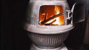 Le feu dans un fourneau de ventre de pot banque de vidéos