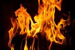 Le feu dans une cheminée avec des flammes photographie stock libre de droits