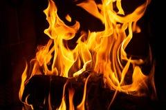 Le feu dans une cheminée avec des flammes photographie stock