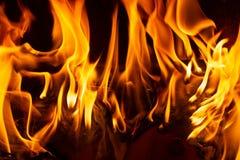 Le feu dans une cheminée avec des flammes photo libre de droits