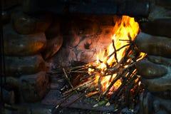 Le feu dans une cheminée rustique images libres de droits