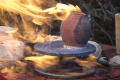 Le feu dans une cuvette image libre de droits