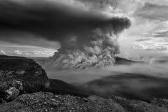 Le feu de brousse dans l'Australie bleue de montagnes image stock