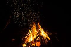 Le feu de camp avec des étincelles dans la nuit photos libres de droits