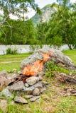 Le feu de camp Feu dilué dans les roches dans la perspective de la forêt image libre de droits