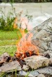 Le feu de camp Feu dilué dans les roches dans la perspective de la forêt photos libres de droits