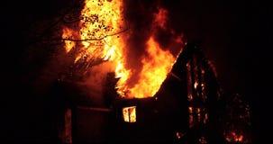 Le feu de Chambre avec la flamme intense Le feu entièrement englouti de maison clips vidéos
