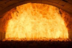 Le feu de charbon à l'intérieur de la chaudière à vapeur Image stock