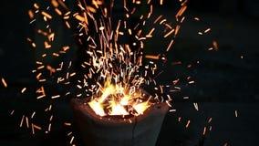 Le feu de charbon de bois banque de vidéos