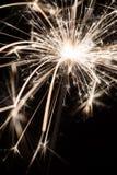 Le feu de cierge magique ou du Bengale - dispersion des étincelles Photographie stock