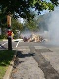 Le feu de déchets dans un voisinage résidentiel photos libres de droits