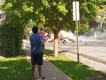 Le feu de déchets dans un voisinage résidentiel image libre de droits