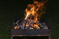 Le feu de flambage dans le gril photo libre de droits