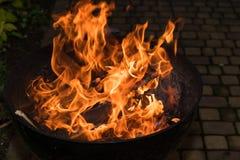 Le feu de flambage dans le gril photos stock